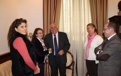 El alcalde Pedro Acedo entrega las llaves de un local al Club Emérita Atlética