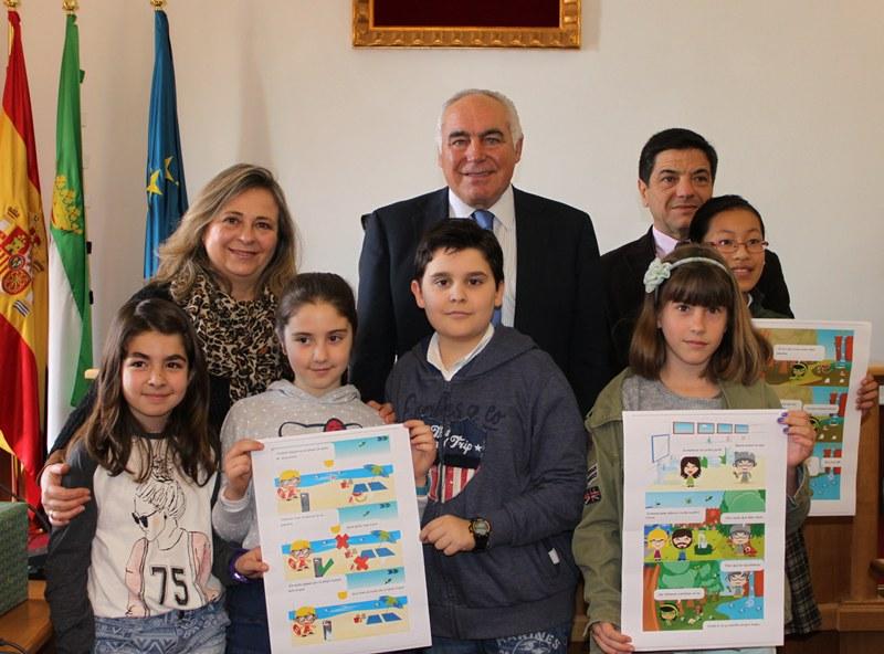 El alcalde entrega los premios del Certamen Internacional de dibujo de aqualia
