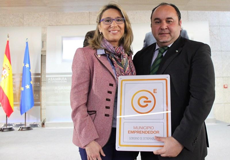 La vicepresidenta entrega la distinción al portavoz municipal Fernando Molina