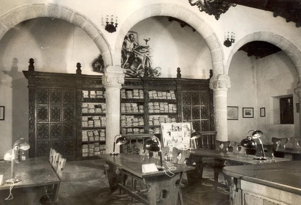 Sala de consulta de Biblioteca y Archivo Municipal en Calle Puente (1952)