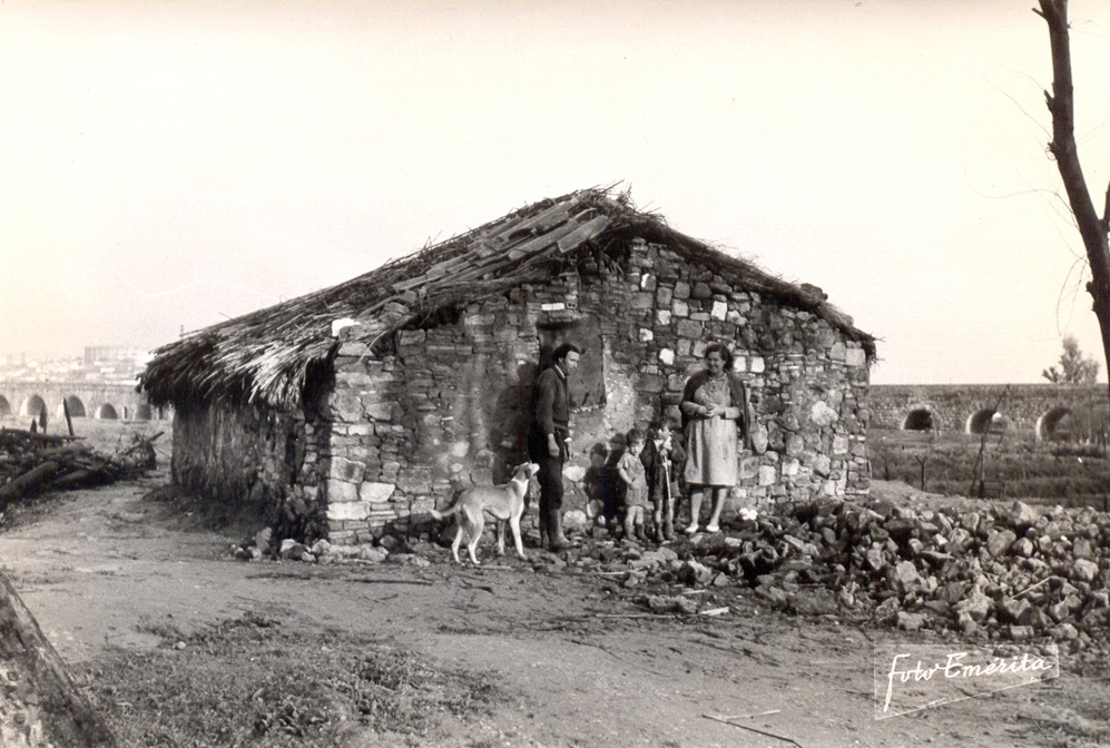 Chabolas al lado del Guadiana (1957)