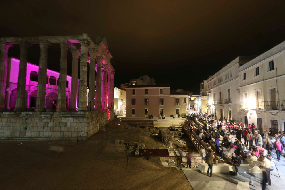 El Templo de Diana se tiñe de rosa por el Día de la Niña