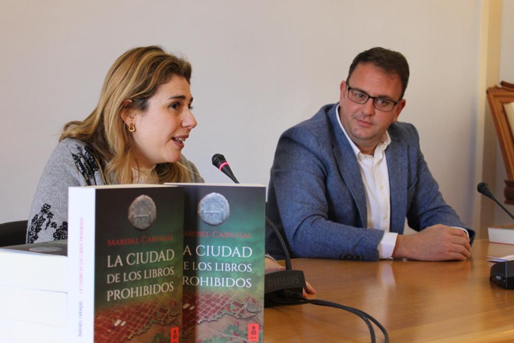 El alcalde y Maribel Carvajal (2)