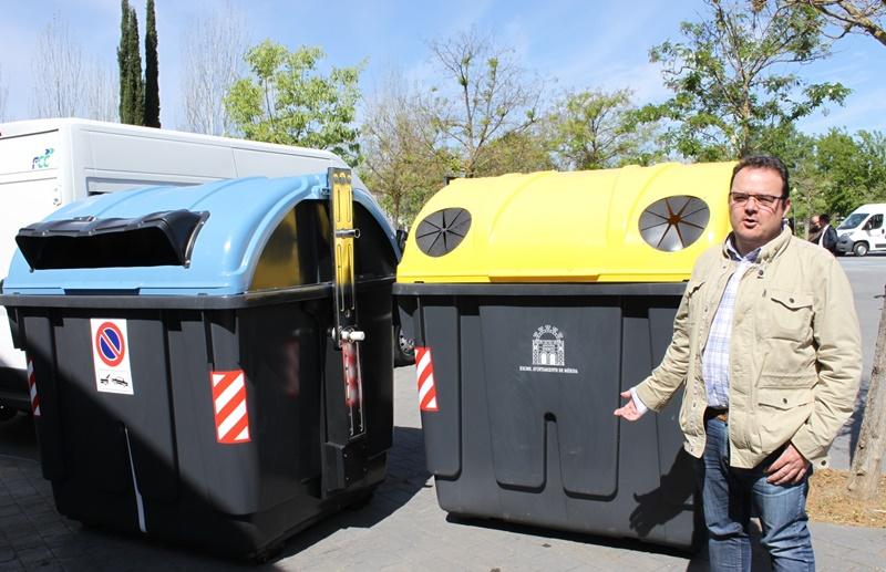 El delegado con los nuevos contenedores