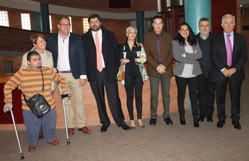 El alcalde con otras autoridades y repesentantes de colectivos, antes de la inauguración.