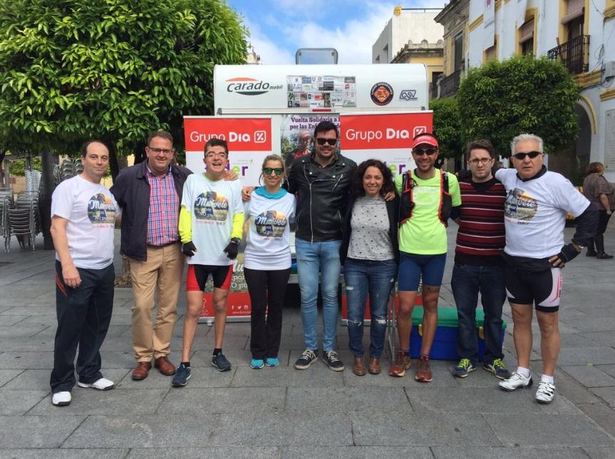 El alcalde recibe a los deportistas que recorren España en favor de las enfermedades raras