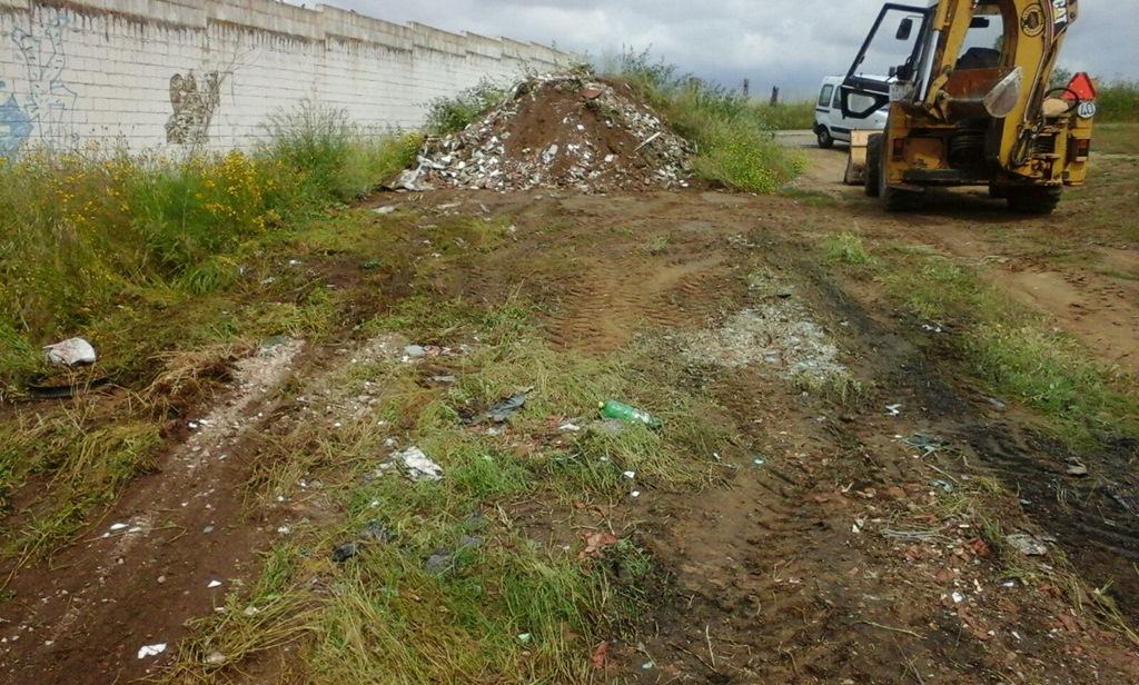 Sanidad procede al desescombro de vertederos ilegales en diversos puntos de la ciudad