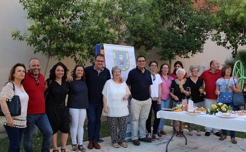 Alcalde, concejales y vecinos, tras la presentación de los servicios