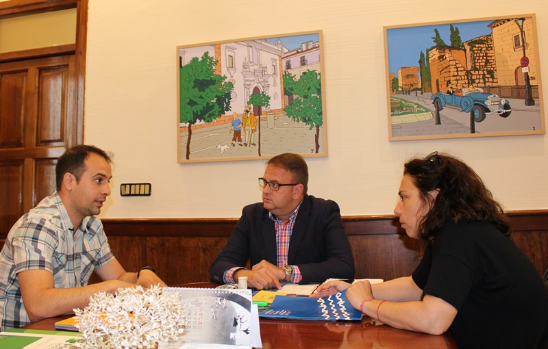 El alcalde y la delegada con el representante de Emerita neuro
