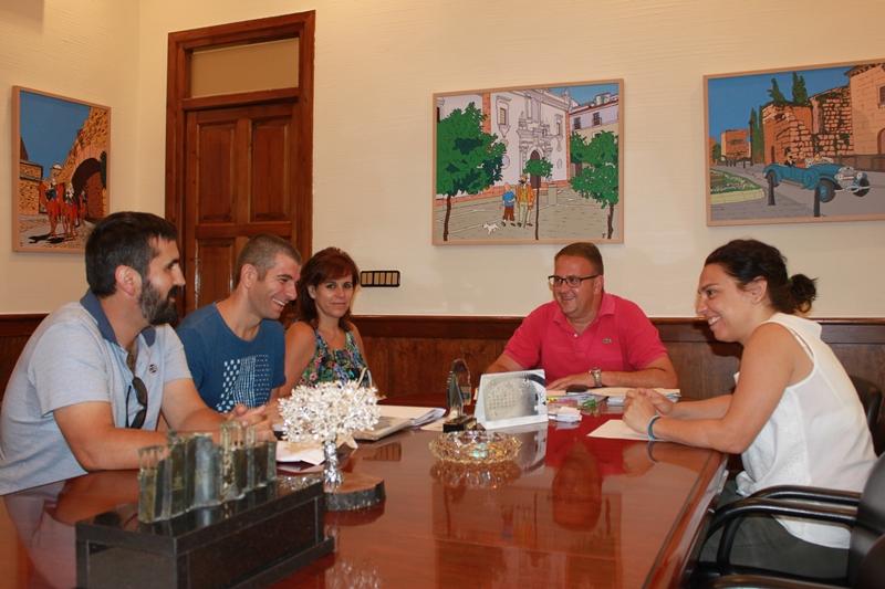 El alcalde se reúne representantes de la asociación de deficientes auditivos de la provincia