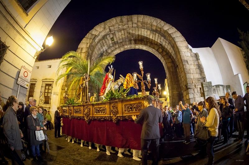 Cuatro grandes estructuras cubrirán durante la Semana Santa los kioscos de la Plaza de España, que estará abierta