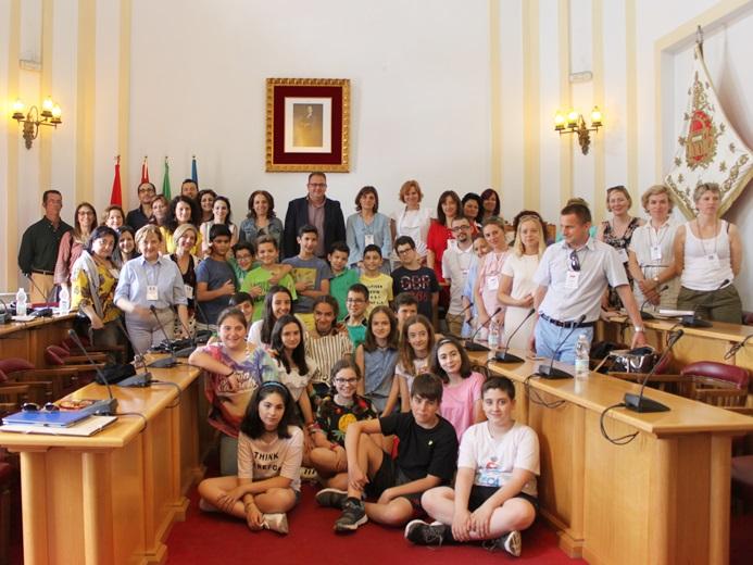 El alcalde recibe a profesores de ocho países europeos que participan en un programa educativo con el C.E.I.P Giner de los Ríos