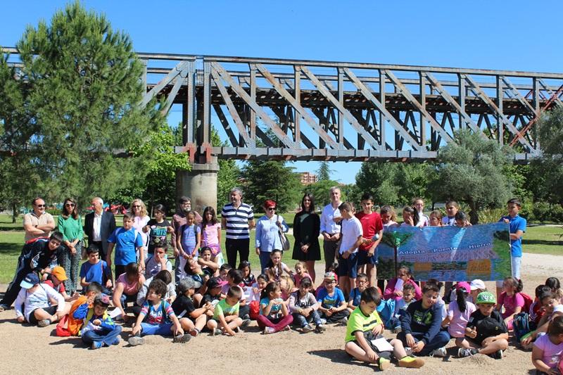 El colegio Pablo Neruda ampara el Puente de Hierro, dentro del proyecto La escuela adopta un monumento