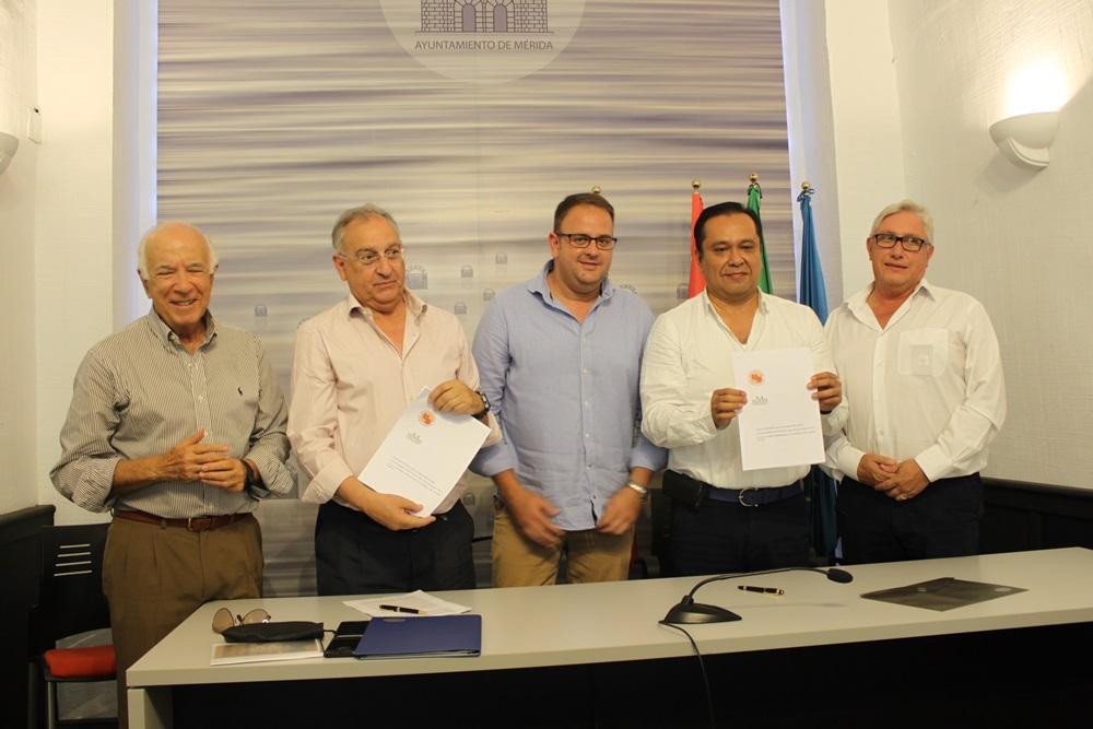 La Universidad del Sur, de México, firma un convenio con los empresarios de las Méridas del Mundo para su implantación en la ciudad