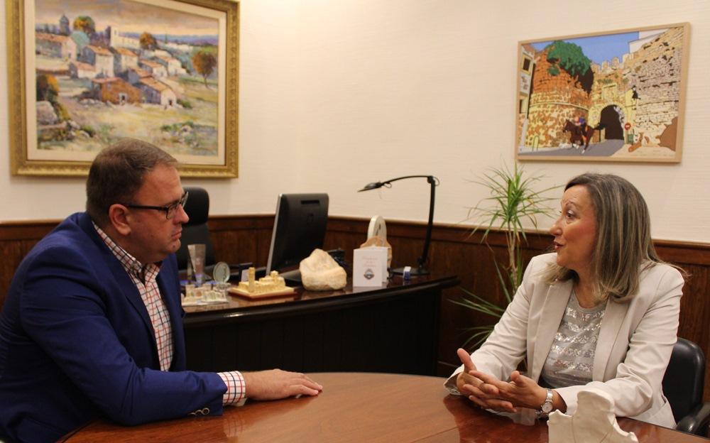 El alcalde y la directora del MNAR Trinidad Nogalesw
