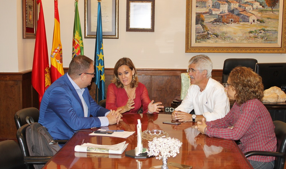 El alcalde recibe a Beatriz Badorrey, nueva directora de la UNED Mérida