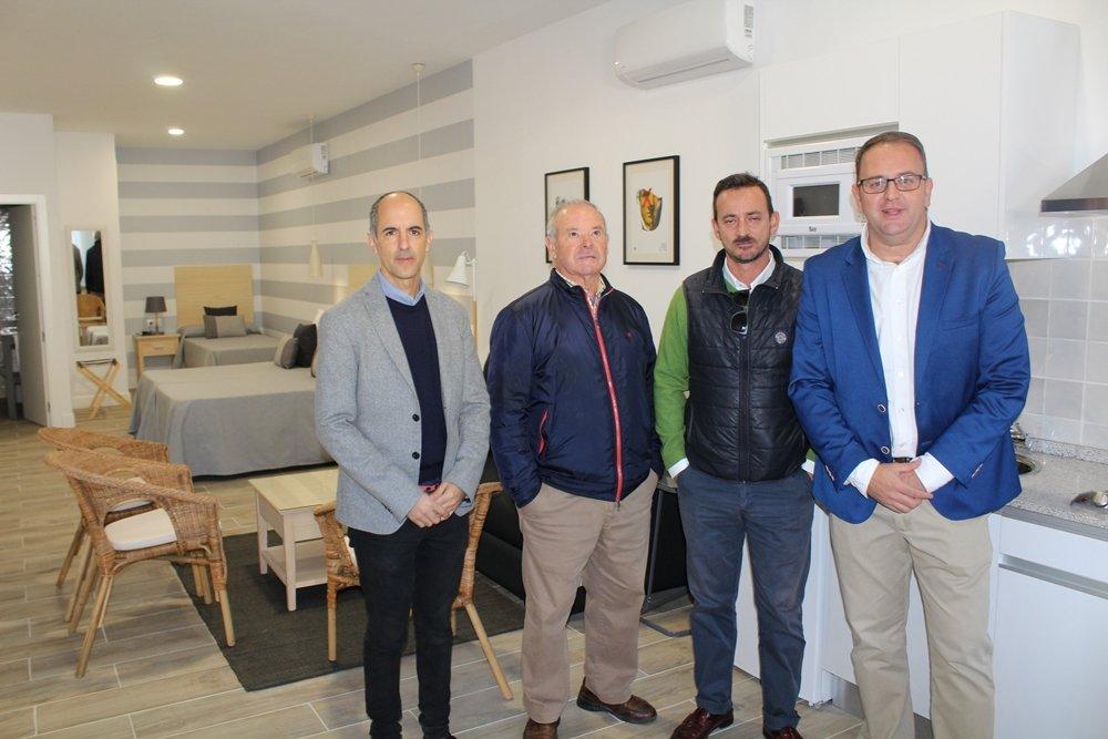 El alcalde inaugura 15 apartamentos turísticos para familias, que ya están ocupados para el puente de diciembre