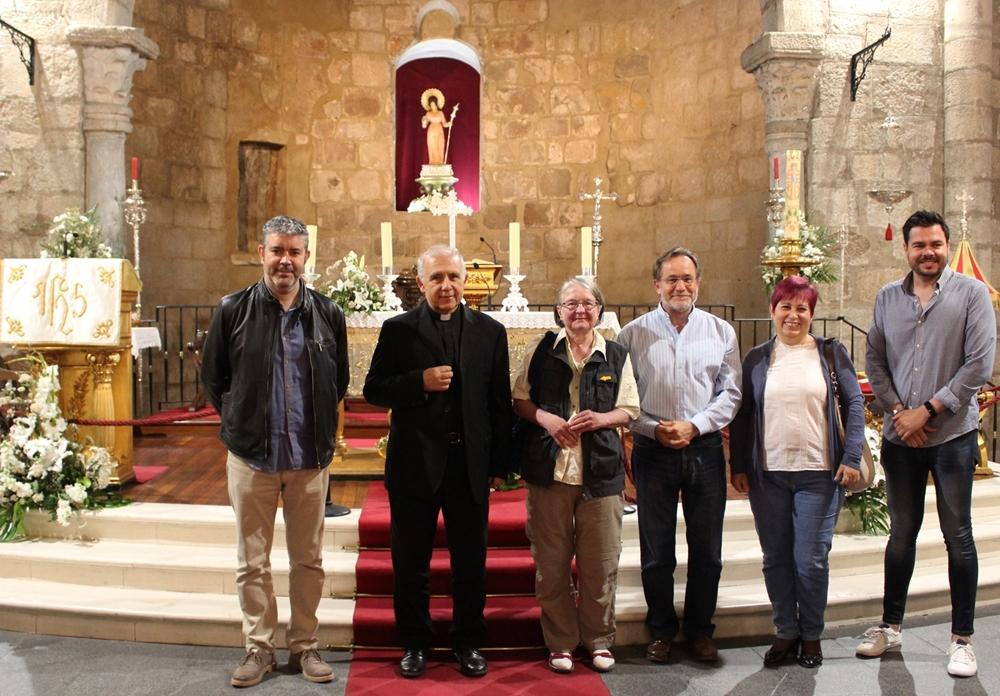 Autoridades y, en el centro, la La alemana Gertraud Barthel, primera visitante de la basílica.