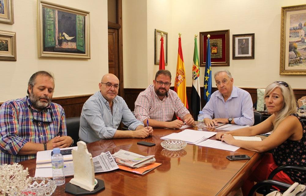 El alcalde recibe a los empresarios emeritenses que integran la Cámara de Comercio de Badajoz