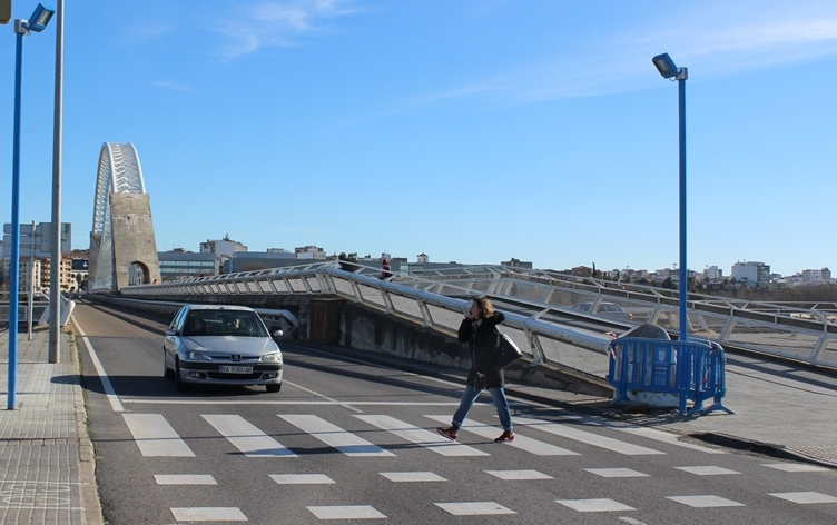 Iluminación reforzada en el paso de peatones del Puente Lusitania