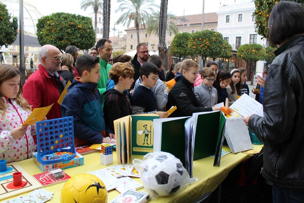 La ONCE muestra material tiflotécnico y de baja visión en la Plaza de España