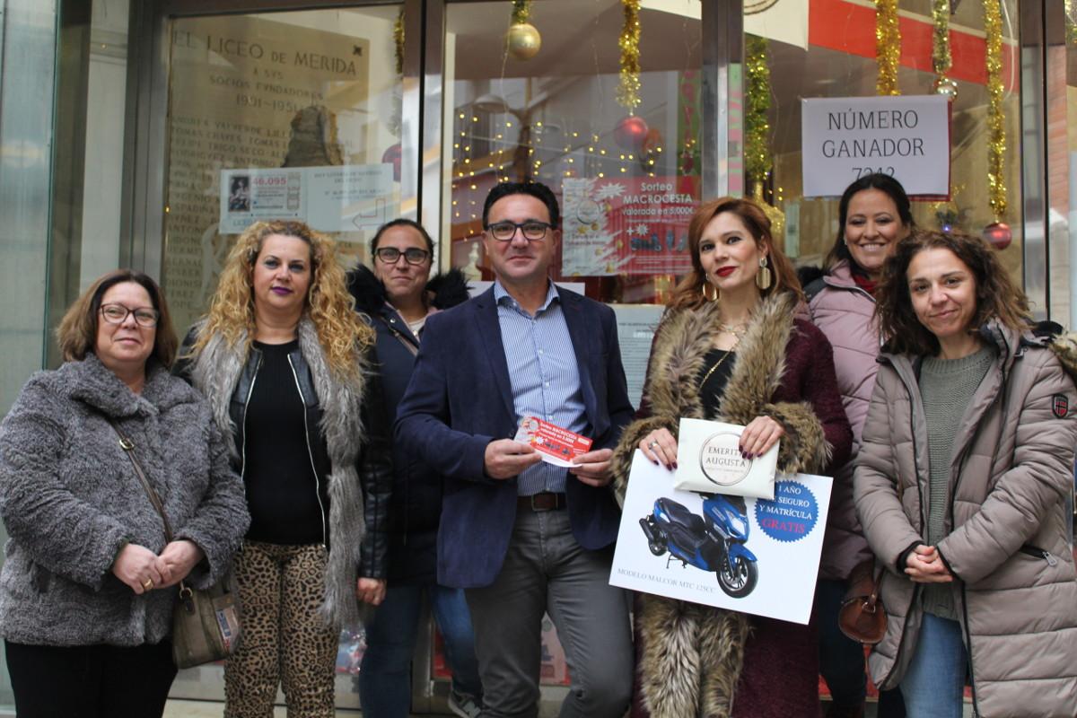 La Asociación de Comerciantes Emérita Augusta entrega su Macrocesta valorada en cinco mil euros