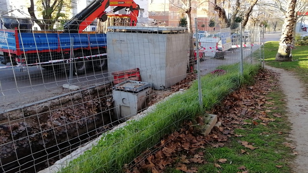 Continúa la instalación de contenedores soterrados en la Avenida de Lusitania, en la Zona Sur
