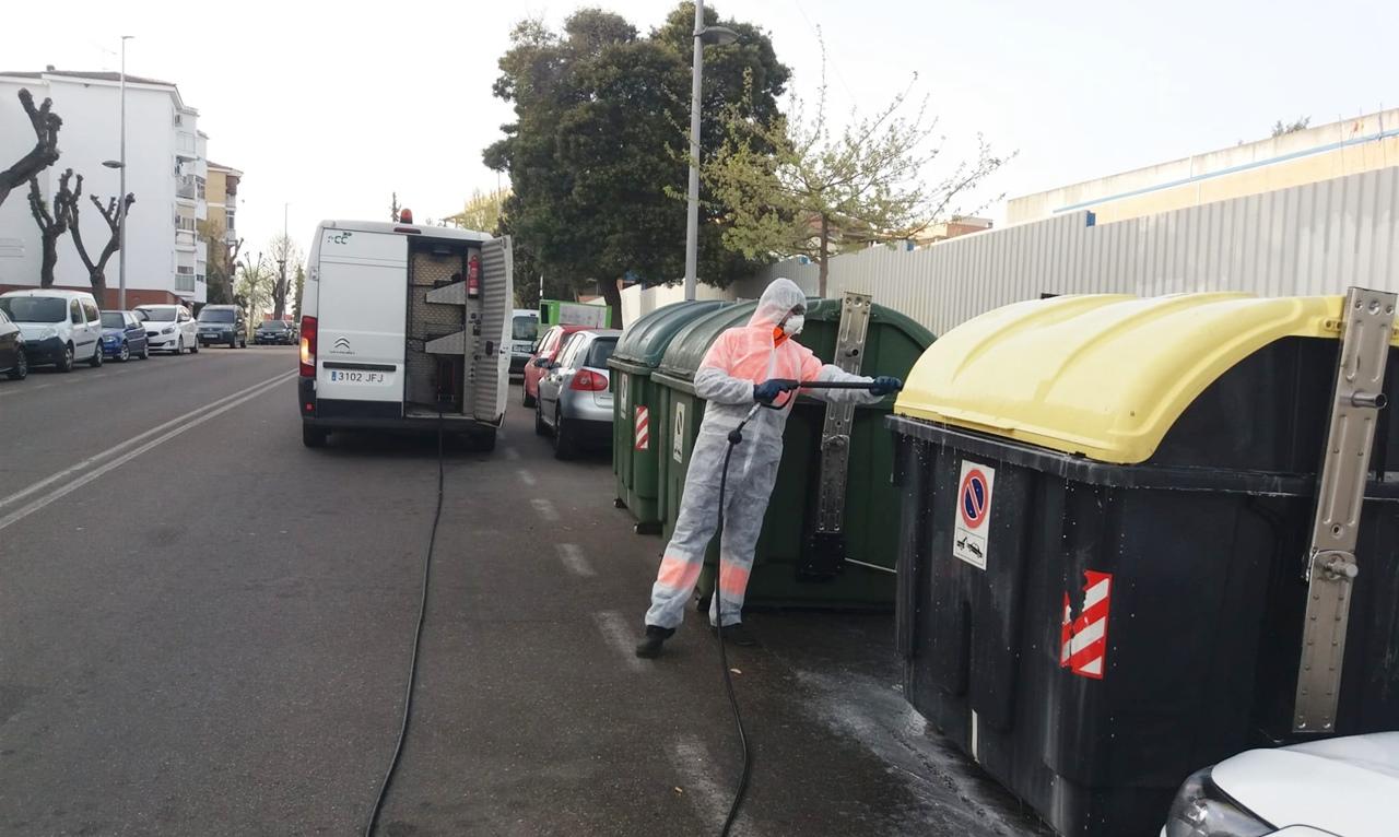 La Delegación de Limpieza Viaria desinfecta a diario con germicida las calles y el mobiliario urbano de la ciudad