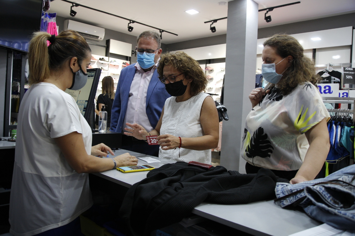 El alcalde inicia la campaña «Consume Mérida» en la que participan en torno a doscientas empresas de la ciudad