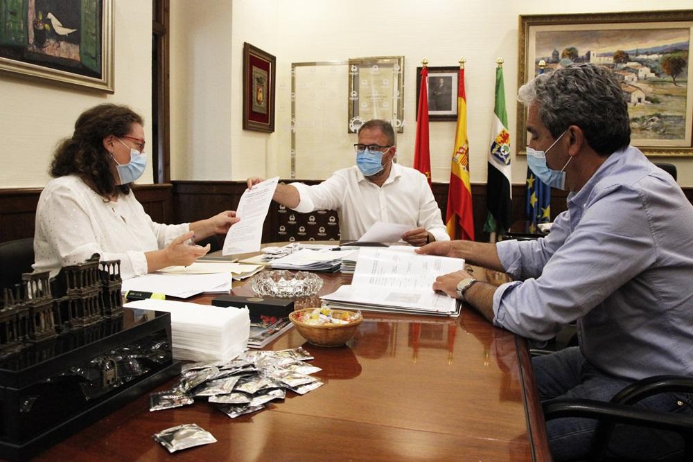 El alcalde, la delegada de Hacienda y el interventor municipal en el transcurso de una reunión