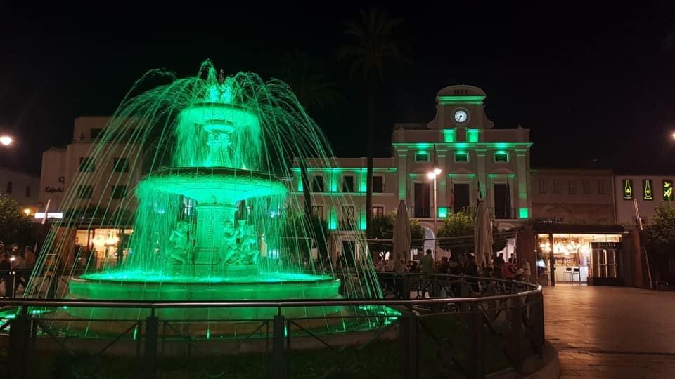 La fachada del Ayuntamiento, la fuente de la Plaza de España y varios monumentos se iluminan el lunes en color verde por el Día Internacional de la ELA