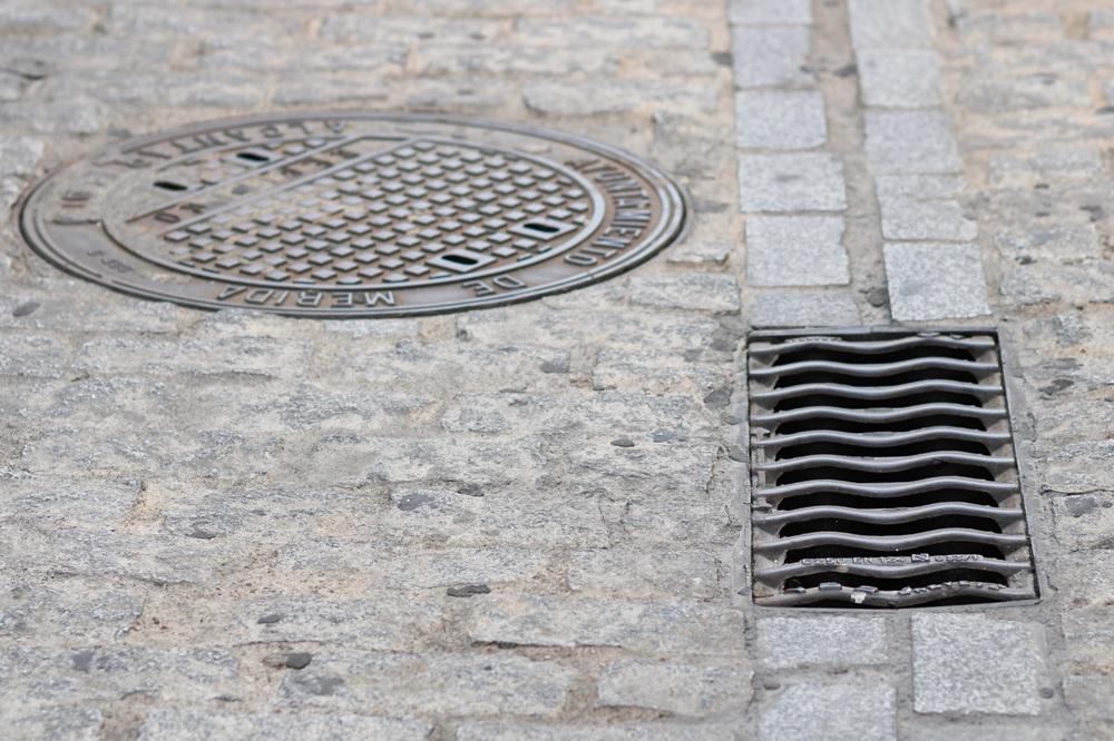Desde el Ayuntamiento de Mérida se realiza una campaña periódica de limpieza de imbornales en la ciudad