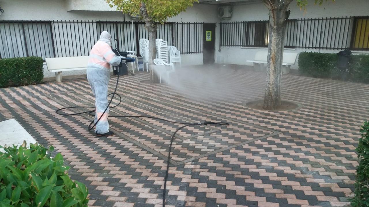El Ayuntamiento intensifica las tareas de desinfección de calles, parques y centros como la Residencia El Prado