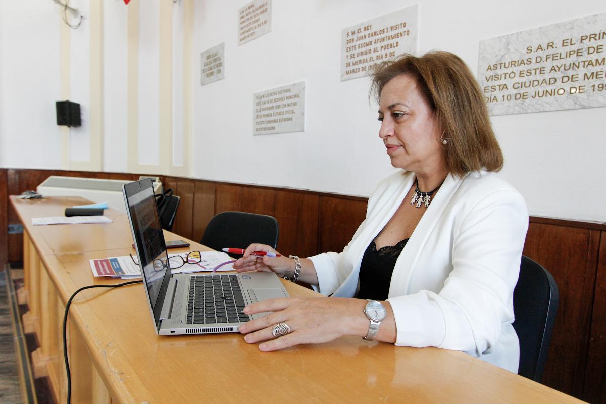 La delegada de servicios sociales presenta en un seminario los programas y acciones del Ayuntamiento en materia de empleo, igualdad y lucha contra la exclusión social