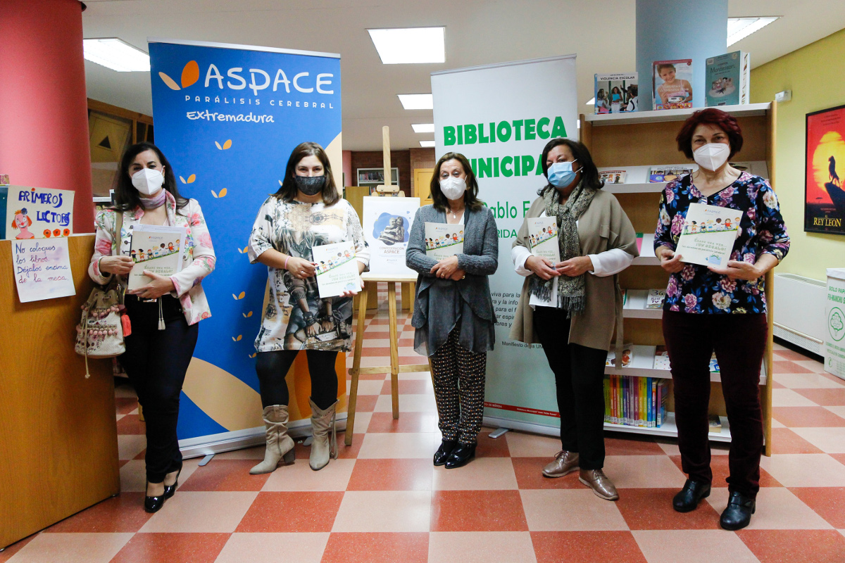 La biblioteca municipal recibe libros de Aspace para concienciar sobre las barreras que padecen los niños con parálisis cerebral