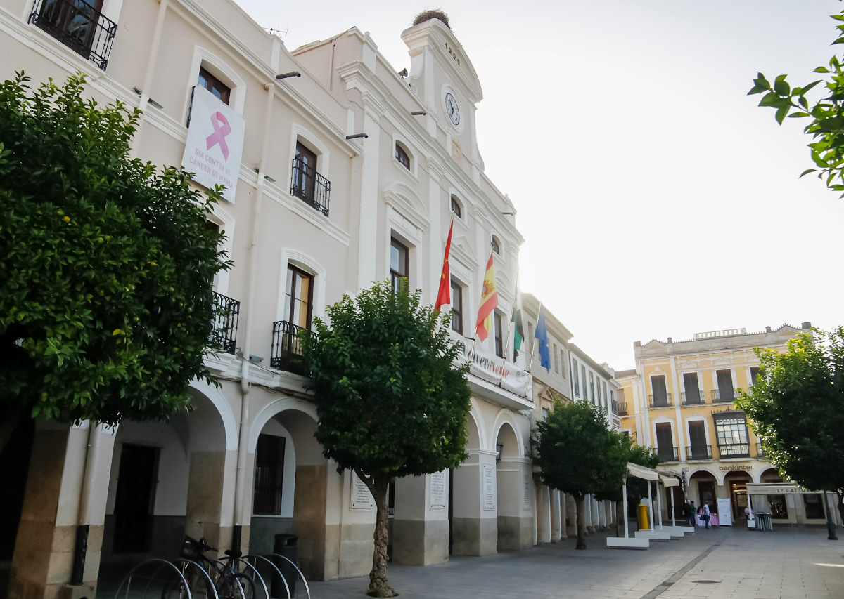 Fachada Ayuntamiento de Mérida Día Cáncer de Mama