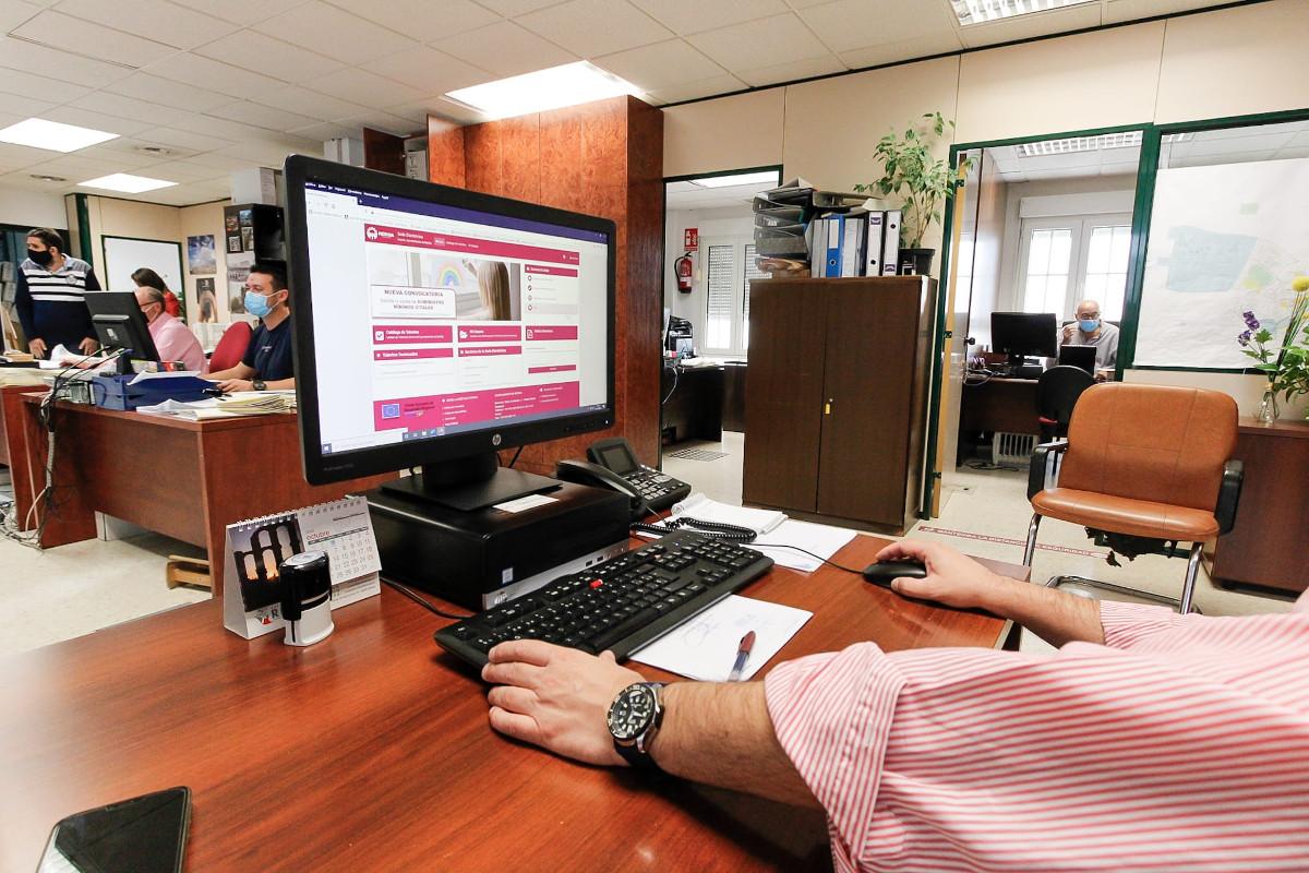 Sede electrónica en equipo informático en oficinas municipales