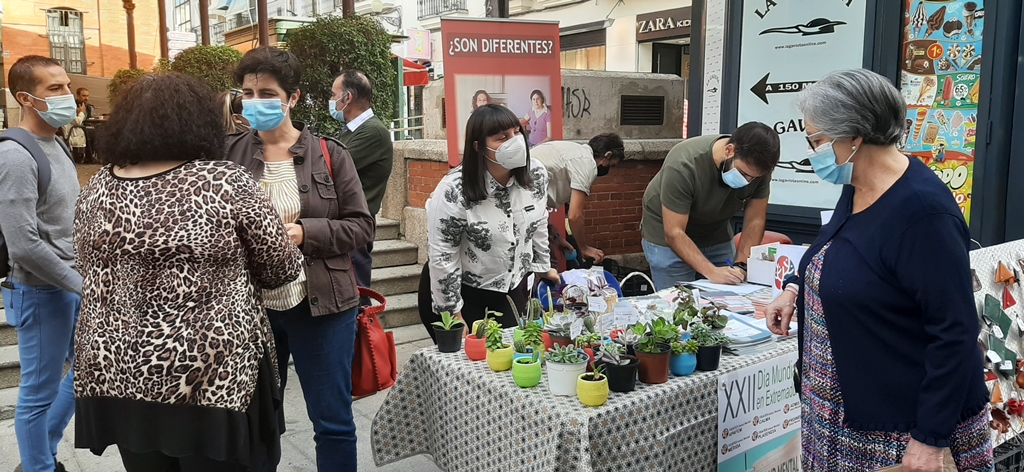 Susana Fajardo en la mesa informativa de Feafes sobre salud mental