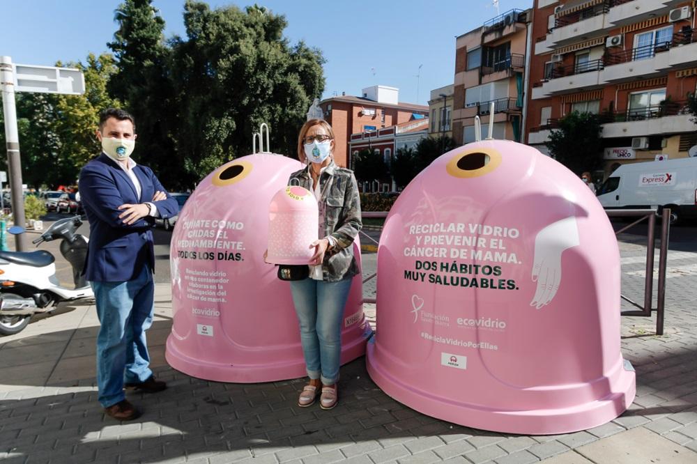 Juan Jose Zabala, y Mercedes Carmona junto a los contenedores de vidrio por el Cancer de Mama instaldos en la Puerta de la Villa
