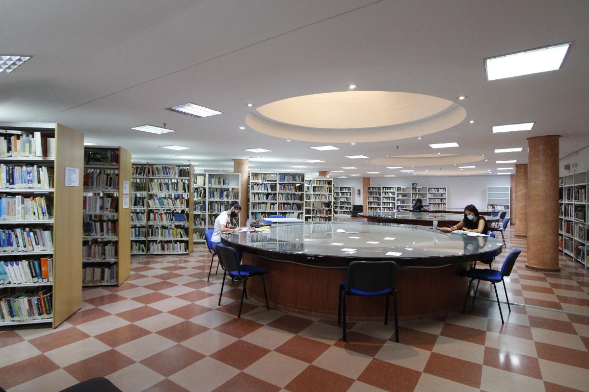 Sala de lectura de la biblioteca municipal