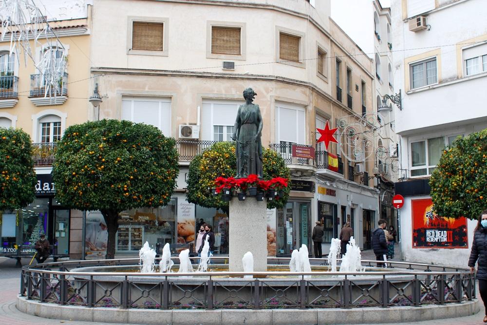 La calle Santa Eulalia, la Puerta de la Villa y la Plaza de España se decoran con plantas navideñas