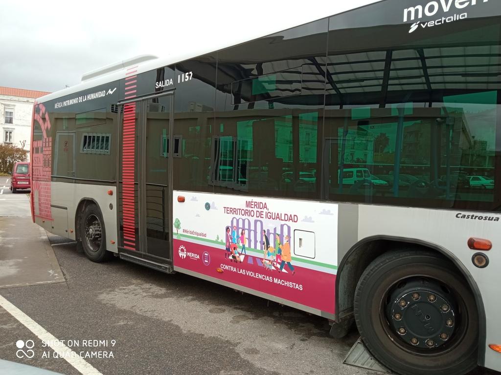 Autobús Urbano con campaña Mérida Territorio de Igualdad 1 (1)