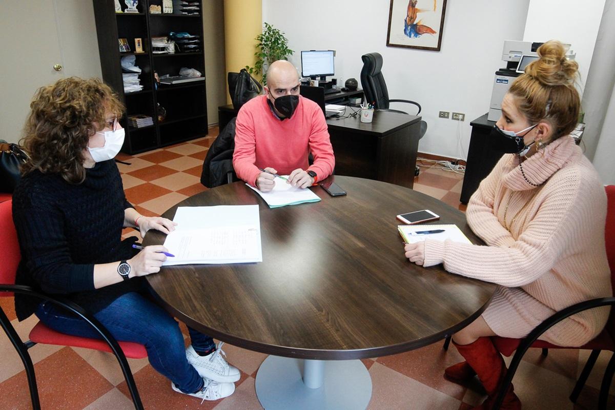 Silvia Fernández con Patricia Llanos y Emilio Nova de la Asociación de Coemrciantes Emérita Augusta en la reunión que mantuvieron ayer 280121