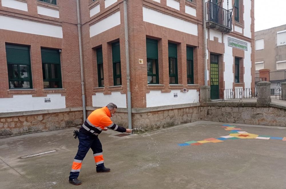 Operarios municipales protegen con sal las placas de hielo formadas en zonas y centros de la ciudad