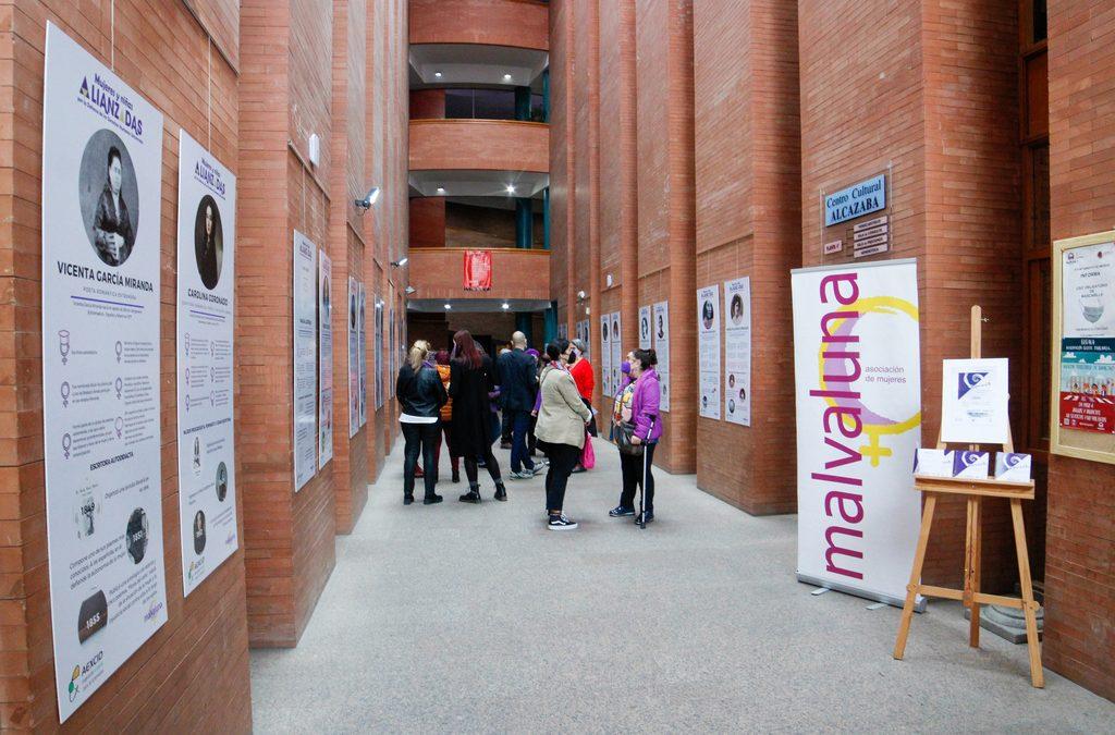 """Inaugurada en el Centro Cultural Alcazaba la exposición """"Referentas"""" de la Asociación de Mujeres Malvaluna"""