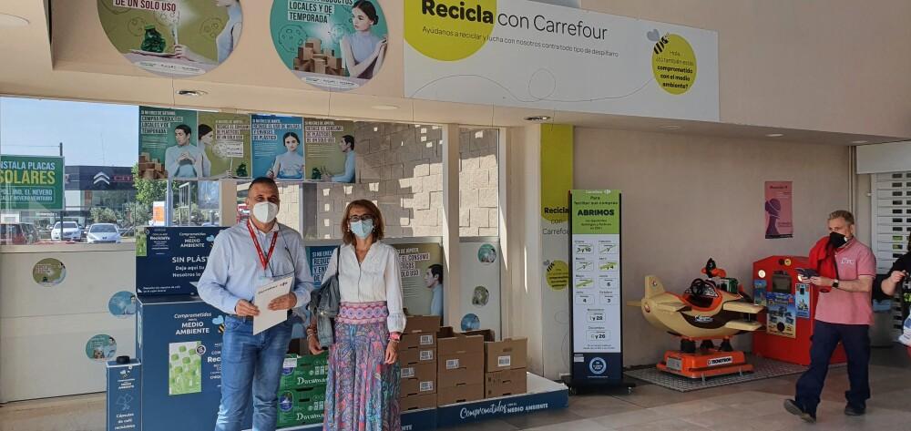 Mercedes Carmona y el director de Carrefour Mérida Marcos Estévez