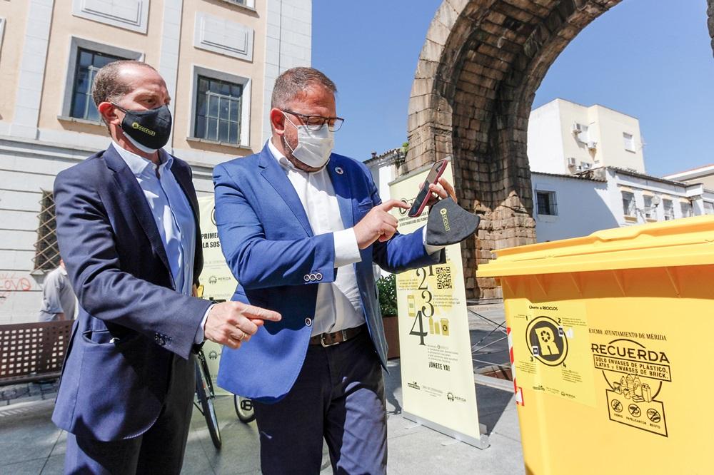 El alcalde utiliza la app de reciclos