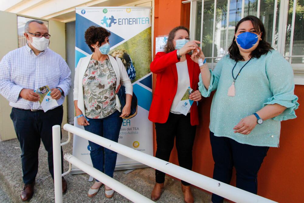 El Ayuntamiento hace entrega de las llaves de un local a Emeritea para que pueda llevar a cabo sus terapias