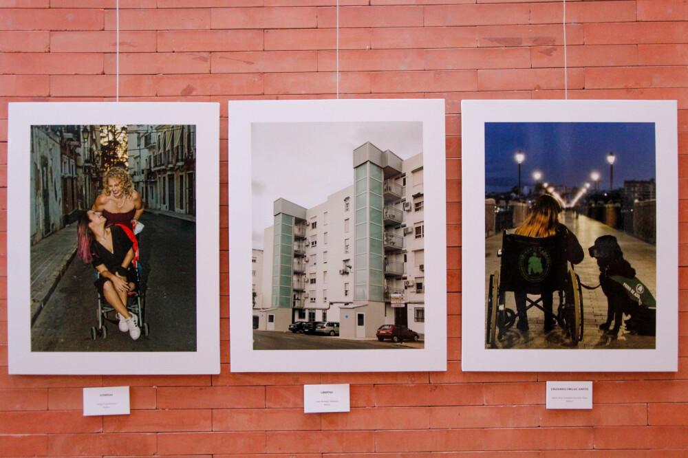 fotografías de la exposición, en medio, la calle Vía Ensanche