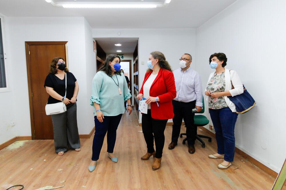 La presidenta de Emeritea muestra las instalaciones a la alcaldesa en funciones